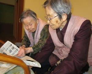 二人は新聞紙で・・