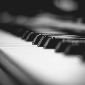 雨音とピアノの音
