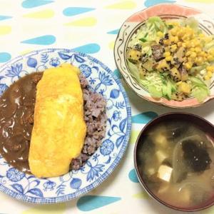 今日のごはん(チーズオムレツカレー&コーンサラダ)