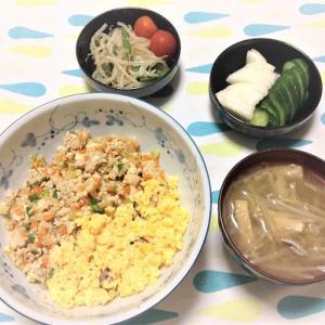 今日のごはん(鶏そぼろ丼&もやしのナムル&ぬか漬け)