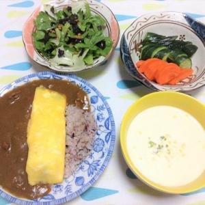 今日のごはん(チーズオムレツカレー&レタスと海苔のサラダ&ぬか漬け)