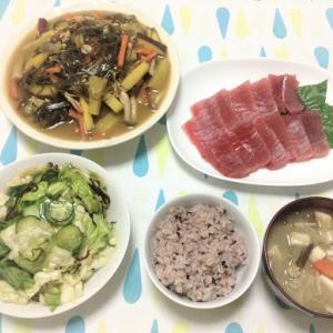 今日のごはん(マグロの刺身&昆布とさつま芋の煮物&きゅうりとキャベツの塩昆布和え)