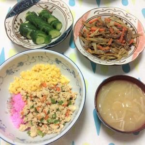 今日のごはん(3色丼&きんぴらごぼう&ぬか漬け)