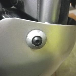 エンジンガードのネジ交換。