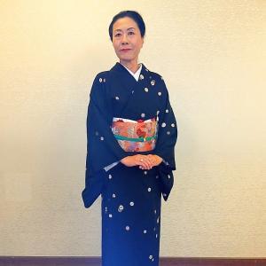 花紋散らしの小紋に唐織りの名古屋帯できもの会のクリスマスパーティへ
