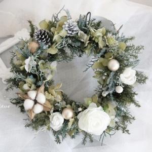 白バラのナチュラルクリスマスリース