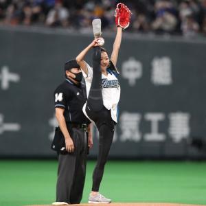 カープ鈴木誠也の妻・畠山愛理さんがアクロバティックな始球式