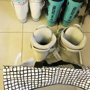 スキーブーツの収納はIKEAの袋