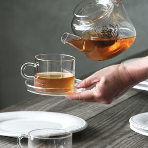 個性的な形のグラスでテーブルを彩る