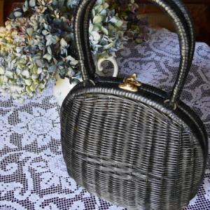 黒い籐のバッグ