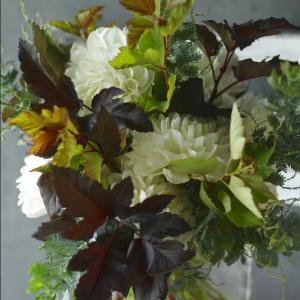白ダリアと銅葉の晩秋ブーケ