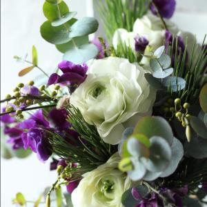 純白のラナンキュラスと濃紫のスイートピーのブーケ