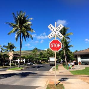 オアフ島で線路に立つ!&コオリナでのランチは、地産地消のハワイらしいレストランで♪サイミンが…
