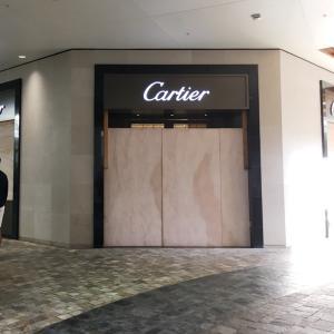 ワイキキやアラモアナで暴動が起こると?板で強奪を防ごうとするお店&カラカウア通りが歩行者天国に