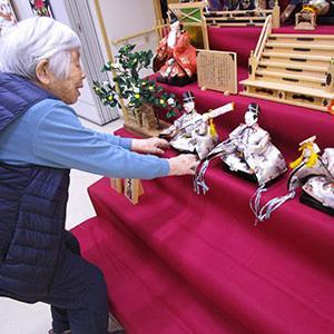 雛人形を飾りとお花見弁当の貼り絵