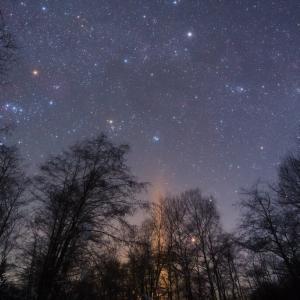カペラとプレアデス星団を見上げるライトピラー