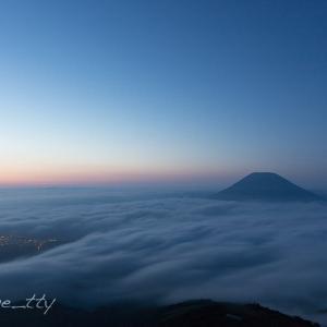 日の出前の雲海と羊蹄