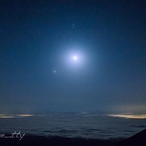 雲海を照らす月