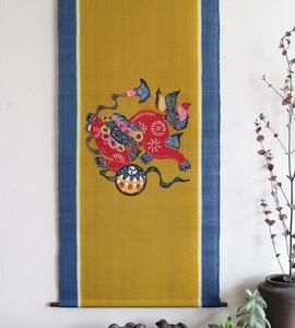 沖縄紅型染めタペストリー【手毬獅子】新築や開店祝い、結婚祝い、結婚の顔合わせ、節目のお祝い事等の贈り物にも!