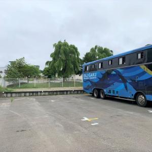 青い車体のバジガク馬運車が馬たちを輸送中です!!