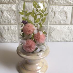 ガラスドームに入った仏花