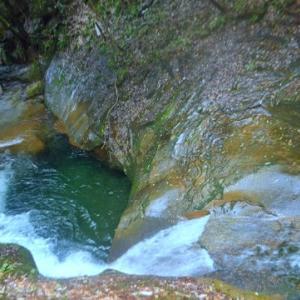 龍鎮の滝と龍鎮神社 ~エメラルドの淵