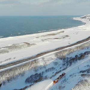 南稚内 - 抜海 の海岸線を走る 宗谷ラッセル を上空から撮影