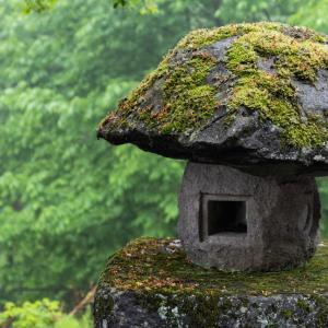 愛知県、岡○城の城下町、駕籠を担いで人を運ぶカゴカキと 呼ばれる人たちがよく行き交っていた。