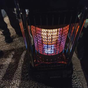部屋を見るとストーブの火は消えているんだけどストーブの前に大人の人がいるんだよね