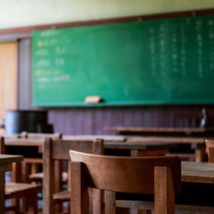 福岡県の某中学校で1クラス全員(担任含め33人)が首吊り自殺する事件があった。
