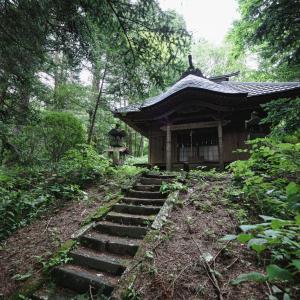 地元の神社で巫女のバイトをしてたんだけどその神社は結構な曰く付きで、昭和時代に3代に渡り神主が境内で自殺してるんだ