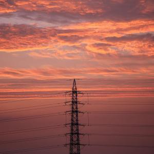 送電線の鉄塔を過ぎる辺りで、カンッという硬い音が聞こえた。