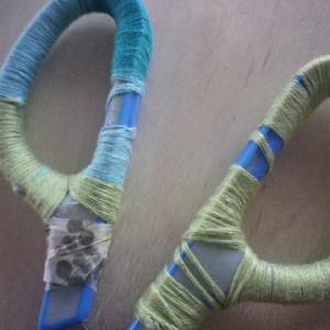 ハサミの持ち手に刺繍糸を巻いてみた