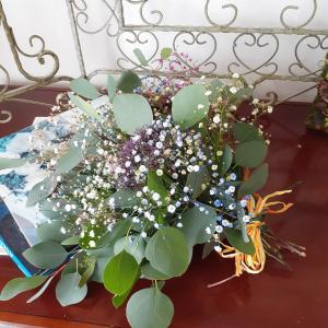 カスミソウとユーカリのスワッグで生花からドライフラワーへ