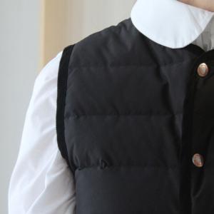 ベストを着るのはどうだろう。冬でも白ブラウスが着たいから。