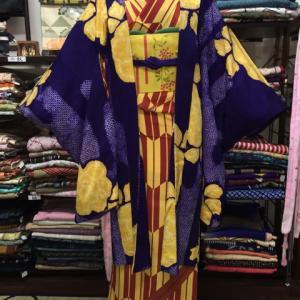 黄色矢羽根柄着物に紫絞りの長羽織り