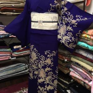 紫のアールデコ模様着物の大人コーディネート。