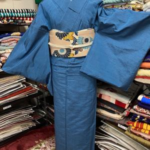 サイズある青無地の単衣紬のコーディネート