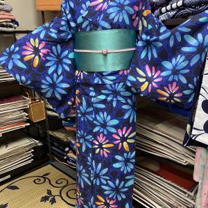 サイズある華やかなブルーの注染そめ浴衣