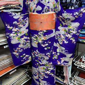 紫地に夏の花々と流水模様が美しい絽の着物