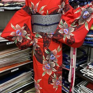 カトレアと蝶模様の赤い注染そめ浴衣