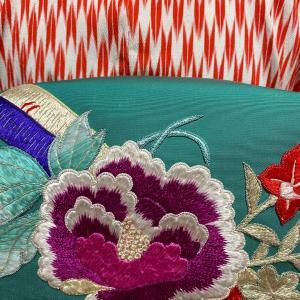 赤い矢羽根単衣に青緑色に刺繍の名古屋帯
