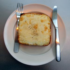 穴場カフェで極厚切りのふわふわチーズトースト@オキーニョ