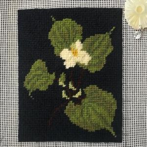 どくだみの花のニードルポイント刺繍完成