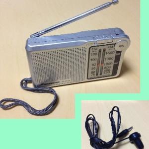 単三乾電池式の防災ラジオと乾電池式充電器