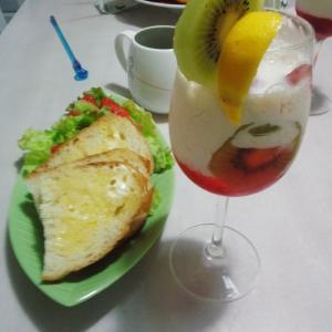 苺サラダとバンズと豆乳フルーツカクテルのセット