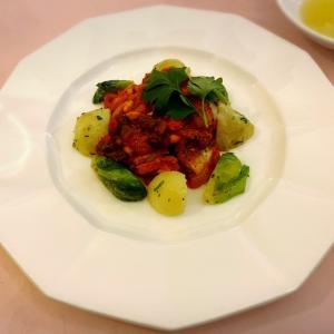 アナゴと松の実、レーズンのトマト煮込み:「文流」