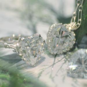春の日差しに煌めくキラキラの♡ リングとペンダント
