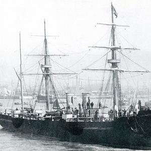 完成したばかりの巡洋艦『畝傍』が日本に向かう処女航海で行方不明となったこと