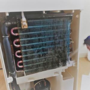 《衣類乾燥除湿機の中が臭い!!冷却器がカビだらけでショックを受けました!※写真あり》
